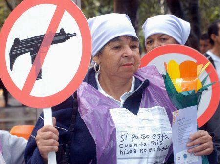 Kolumbijka, ki je 8. marca 2004 protestirala proti vojni, kršitvam človekovih pravic in diskriminaciji.