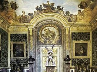 Pravzaprav se svetleči zajček v baročno razkošno dvorano prav lepo vključi ... Foto: