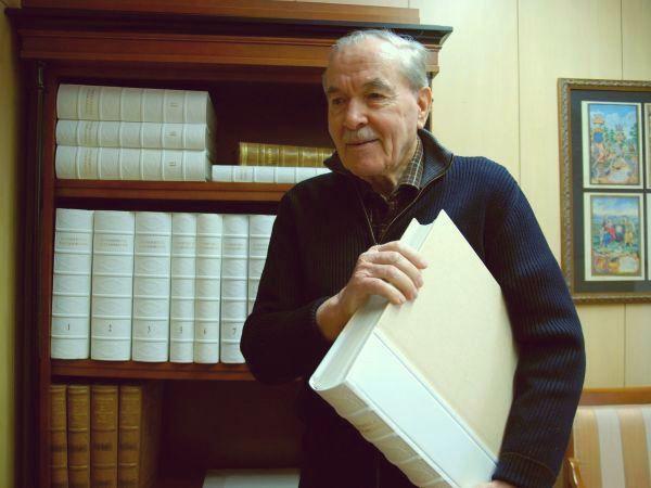 Lojze Gostiša, vodja skupine strokovnjakov, ki je v osmih letih faksimilno izdala in znanstveno-kritično obdelala celotno Valvasorjevo zbirko 7.752 grafik, skupaj z vsemi 17 zvezki. Foto: MMC RTV SLO