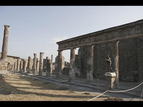 Izbruh Vezuva je popisal rimski pisec, pravnik in filozof Plinij Mlajši, čigar stric, prav tako sloviti učenjak in pisec Plinij Starejši, je med nesrečo umrl. Foto: J. Frias Velatti/Juan Frias Velatti  (Unesco)