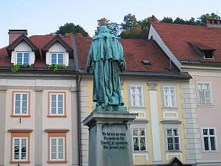 Kip Valentina Vodnika na Vodnikovem trgu v Ljubljani. Kip je s hrbtno stranjo proti trgu obrnjen zato, ker je nekoč na tem mestu stal ljubljanski Licej, postavljen je bil pred zgradbo, navaja Wikipedia. Foto: Wikipedia