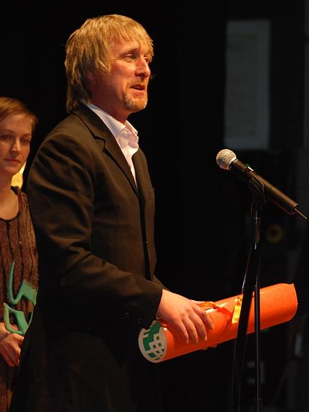 Nagrado za najboljši film festivala je v imenu režiserja Steva McQueena prevzel član igralske zasedbe Lakote, Stuart Graham. Foto: MMC RTV SLO/Kaja Sajovic