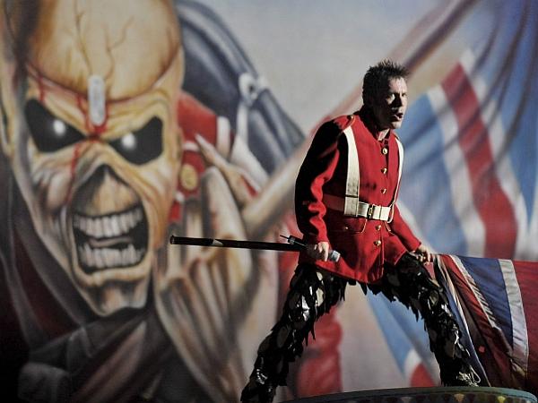 Iron Maiden si verjetno nikoli niso mislili, da bo njihova maskota pristala na mizah lokalnih političnih veljakov. Foto: EPA