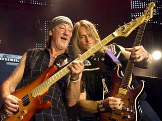 Roger Glover in Steve Morse sta takole složno mučila kitari še pred kratkim, julija letos, ko so Deep Purple nastopili na džezovskem festivalu v Montreauxu. Foto: EPA