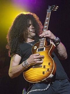 Trije od 25 rifov na lestvici so prišli izpod prstov Slasha, legendarnega kitarista skupine Guns N' Roses. Foto: