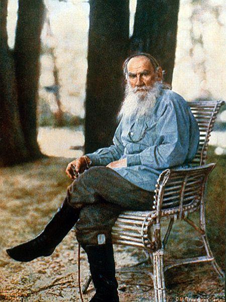 Lev Nikolajevič Tolstoj je bil potomec stare plemiške družine. Na posestvu v Jasni Poljani je skušal s preprostim kmečkim življenjem in delom uresničiti svoj nauk - 'tolstojanstvo'. Nauk je osnovan na pacifizmu; pisatelj ni odobraval nasilnih metod socialistov. Prepričan je bil, da se je proti krivicam in zatiranju mogoče boriti s pokorščino Kristusovim naukom. Foto: