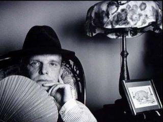Capote v času, ko je bila homoseksualnost v umetniških krogih sprejemljiva, vseeno pa ne pogosto načeta tema, svoje spolne usmerjenosti ni niti najmanj skrival. Del njegove javne podobe so bili visok, afektiran glas, vpadljivo obnašanje in ekscentrično oblačenje. Foto: Jack Mitchell