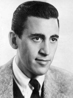 Salinger je odraščal na Manhattnu, kratke zgodbe pa je začel pisati že v srednji šoli. Varuh v rži (The Catcher in the Rye, 1951) je močno odmeval in Salingerju namenil velikansko javno pozornost, ki pa mu ni odgovarjala. V 60. letih se je umaknil v New Hampshire in se izogibal medijski pozornosti ter založniškemu svetu. Foto: EPA