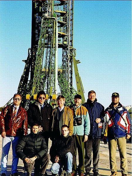 Člani kluba Komarov pred lansirno rampo, s katere je poletel v vesolje prvi človek Jurij Gagarin. Foto: www.komarov.vesolje.net