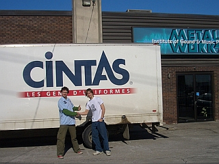 Ob menjavi tovornjaka za snemalno pogodbo.
