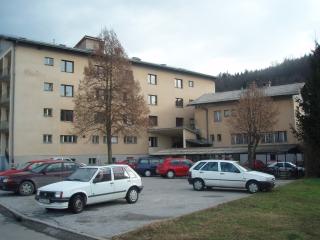Razmere v domu naj bi bile po navedbah stanovalcev nevzdržne, brez zadostnega števila sanitarij, premalo tople vode za delavce in slabega ogrevanja v zimskem času. Foto: MMC RTV SLO