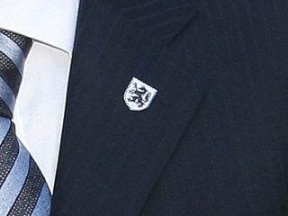 Značka s podobo karantanskega panterja na suknjiču Janeza Janše ob obisku Evropske komisije v Sloveniji v začetku januarja. Foto: MMC RTV SLO
