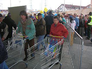 Kupci so morali stati v vrsti, da so lahko sploh dobili nakupovalni voziček. Foto: RTV SLO
