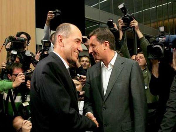 Janez Janša je predlagal sestanek o noveli zakona o arhivih. Premier Borut Pahor je njegov predlog sprejel. Sestanek bo v sredo. Foto: EPA