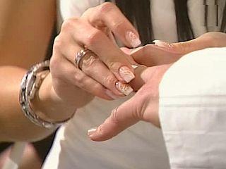 Glede na raziskava si Korejke bolj od sladkih besed želijo prstan. Foto: MMC RTV SLO