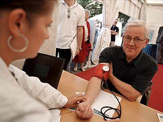 Mejno povišan krvni tlak lahko navadno s spremembo življenjskega sloga uspešno znižamo ali pozdravimo. Foto: EPA