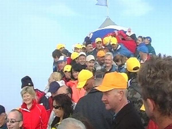 Janša: Vzpon članov SDS-a na Triglav je napoved političnega vzpona na vrh. Foto: MMC RTV SLO