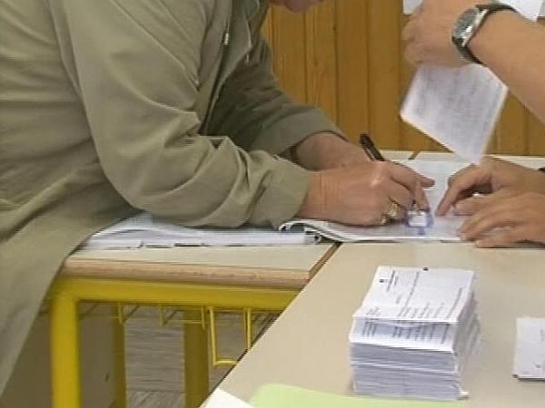 Vpogled v glasovnice imajo le volilni odbori. Nato se zaprejo v kuverte, ki se odpirajo samo v postopku nadzora ali varstva volilne pravice. Foto: MMC RTV SLO
