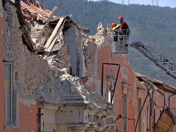 Med večstanovanjskimi stavbami so potresno najbolj ogrožene in zato nevarne stavbe tiste, ko so bile zgrajene pred letom 1981 in imajo pet ali več nadstropij. Teh stavb je v Sloveniji 1181, v njih pa je 2.721 stanovanj. (Podatki temeljijo na podatkih iz popisa prebivalstva, gospodinjstev in stanovanj). Vir: Vojko, Kilar, Domen Kušar: Ocena potresne ogroženosti večstanovanjskih zgradb v Sloveniji, v reviji Acta geografica Slovenica. Foto: EPA