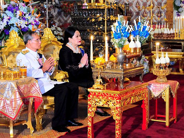 Zlato, kamor koli pride. Tajski kralj ima v svoji lasti ogromno posestvo v Bangkoku, delež v največji tajski banki ter delnice v cementarni Siam. Foto: EPA