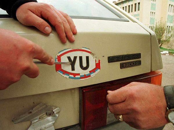 Črki YU sta se najprej umaknili iz avtomobilskih oznak, zdaj bosta zgodovina tudi na internetu. Foto: EPA