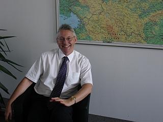 Tim Simmons je z delom in življenjem v Sloveniji zadovoljen in se veseli sodelovanja držav med slovenskim predsedovanjem Evropski uniji. Foto: RTV SLO