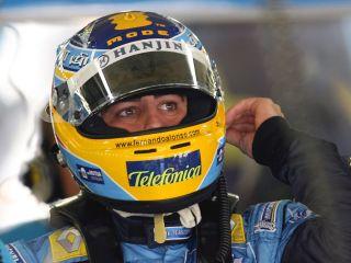 Fernando Alonso, ki je bil v letih 2005 in 2006 z Renaultom svetovni prvak, se spogleduje s Ferrarijem. Foto: EPA