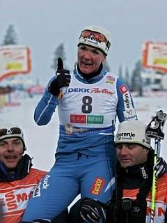 Petra Majdič se je po zmagovitem teku zasluženo znašla na ramenih.