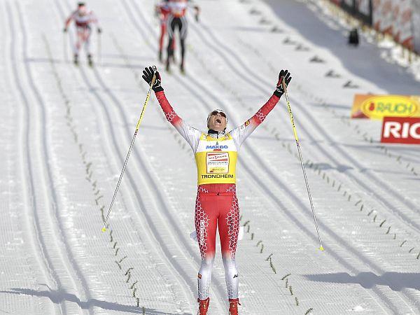 Zgodovinski trenutek za Slovenijo. Petra Majdič je v domovini smučarskega teka dobila najprestižnejšo preizkušnjo v tem športu - maraton na 30 kilometrov. S tem je po številu zmag ujela skakalca Primoža Peterko in postala sploh prva ženska, ki bo stala na stopničkah v skupnem seštevku svetovnega pokala zimskih športov. Foto: Reuters