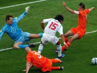 Milan Baroš je takole ukanil nizozemsko obrambo na čelu z vratarjem Edwinom Van der Sarjem in žogo poslal do Jana Kollerja, ki je znižal na 2:1.
