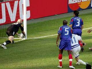 Fabien Barthez bi žogo iz mreže kmalu moral pobrati že v prvem polčasu.