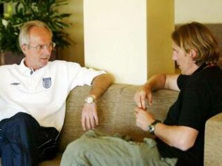 Angleški selektor Sven Göran Eriksson v pogovru z nekdanjim hrvaškim reprezentantom Alenom Bokšićem. Eriksson je bil Bokšićev trener v italijanskem Laziu.
