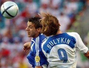 Dmitrij Buljkin v zračnem dvoboju z grškim branilcem.