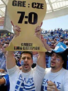 Grški navijač se je pač uštel pri napovedi končnega rezultata.