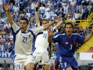 Protesti grških igralcev, ki so menili, da je žoga po strelu Costasa Katsouranisa prešla golovo črto.