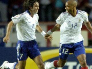 Robert Pires in Thierry Henry se veselita zadetka za 2:1.
