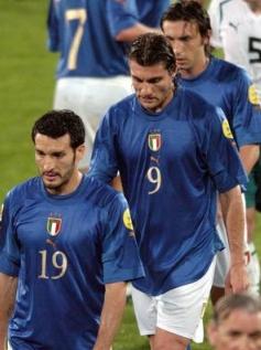 Italijani sklonjenih glav zapuščajo Euro 2004 na Portugalskem.