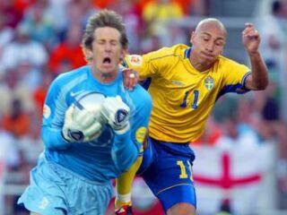Nizozemski vratar Edvin van der Saar je bil tokrat hitrejši od švedskega napadalca Henrika Larssona.