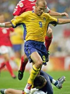 Prekršek Fredrika Ljungberga nad danskim vratarjem Isakssonom.