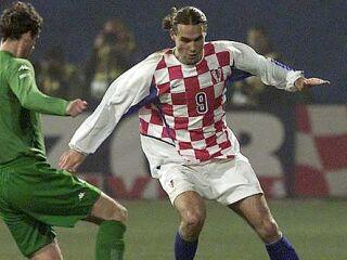 Krvnik slovenske reprezentance v dodatnih kvalifikacijah Dado Pršo v dvoboju z Muamerjem Vugdaličem.