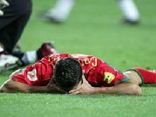 Mladi portugalski zvezdnik Ronaldo je po koncu tekme obležal na igrišču.