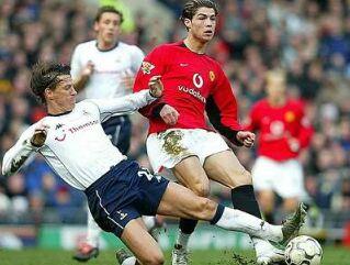 Angleži dobro poznajo mladega portugalskega zvezdnika Christiana Ronalda (v rdečem dresu), saj igra za Manchester United.
