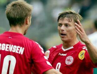 Martin Jörgensen (levo) čestita Jonu Dahlu Tomassonu za zadetek proti Bolgarom.