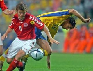Švedski napadalec Zlatan Ibrahimovic in danski branilec Thomas Helveg.