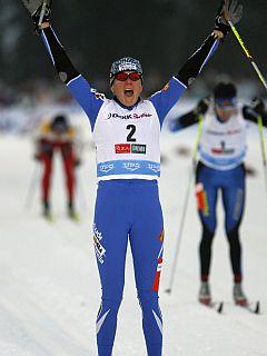 Potem ko je štirikrat pretekla 1,2 kilometra dolgo progo, je Petra Majdič zmagoslavno dvignila roke. Foto: Reuters