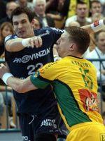 Miladin Kozlina (desno) zaustavlja Marcina Lijewskega.