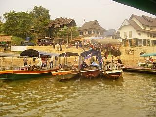 Mejo med Tajsko in Laosom dnevno prečka precej ljudi, predvsem domačinov. Turistov je tu malo. Foto: RTV SLO