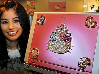 Prenosni računalnik, okrašen s kristali Swarovski, ki oblikujejo glavo Hello Kitty. Zmagovalna kombinacija? Foto: EPA