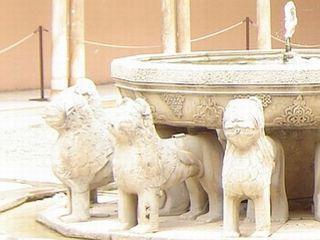 Patio de los Leones - v njem je tudi vodnjak levov