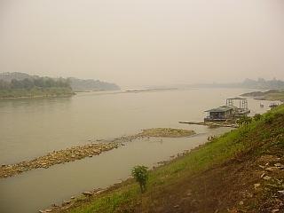 Po Mekongu poteka meja med Tajsko in Laosom. Foto: RTV SLO